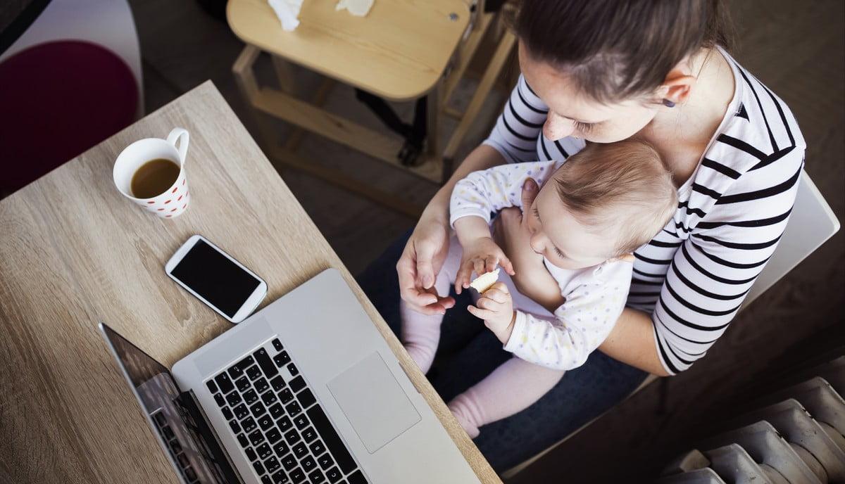 mama z dzieckiem przy laptopie