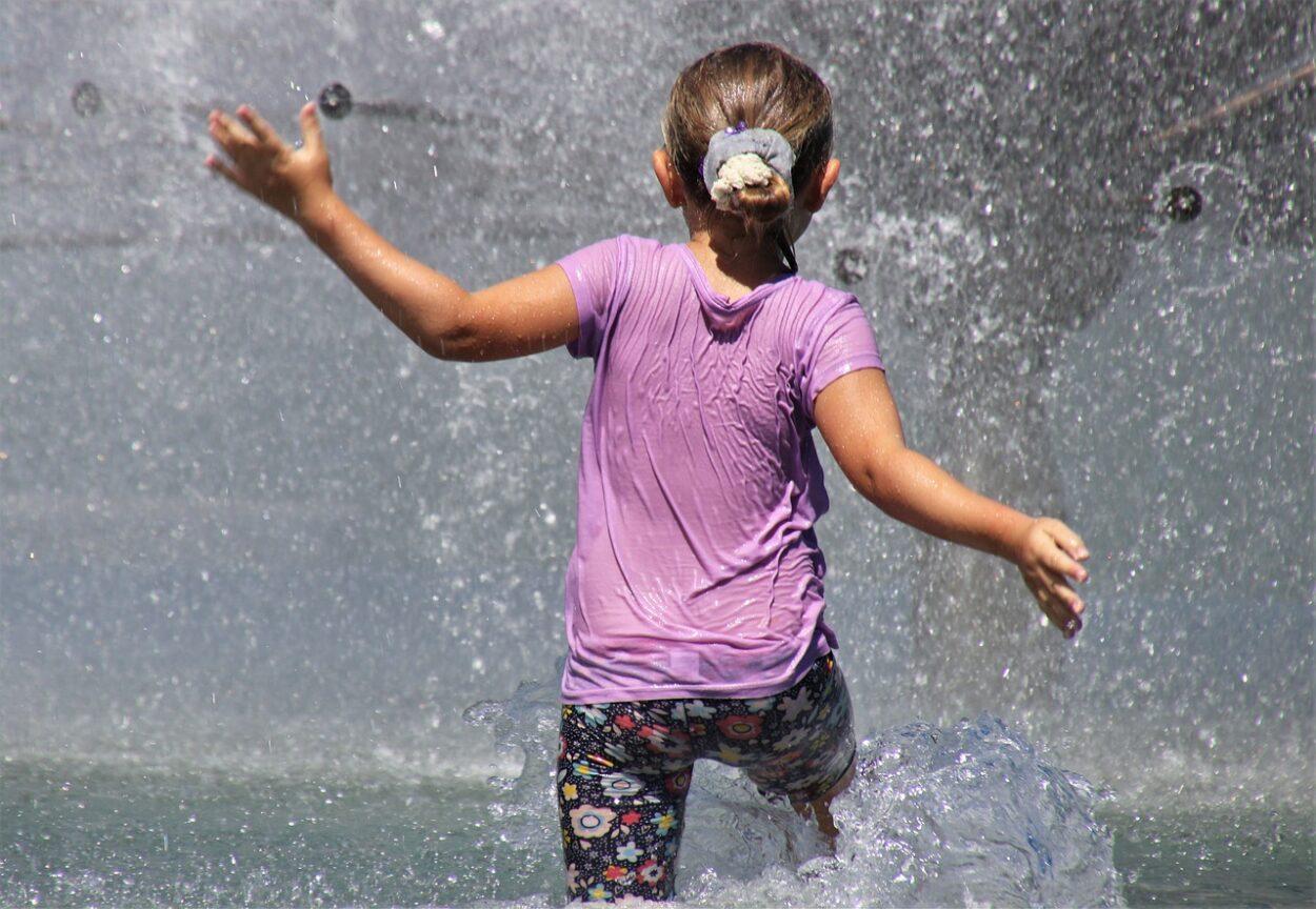 dziewczynka w fontannie